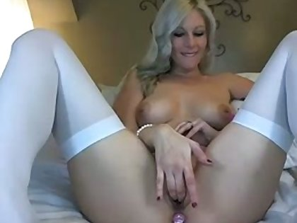 Super sexy MILF with a winning smile loves going unescorted aloft cam